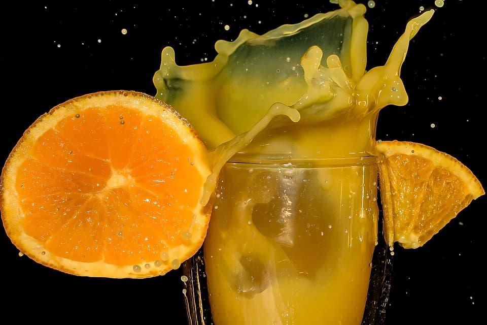 Succo di arancia e macchie complicate da eliminare: come rimediare