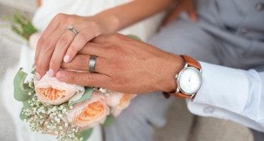 matrimonio, sposi con le mani unite