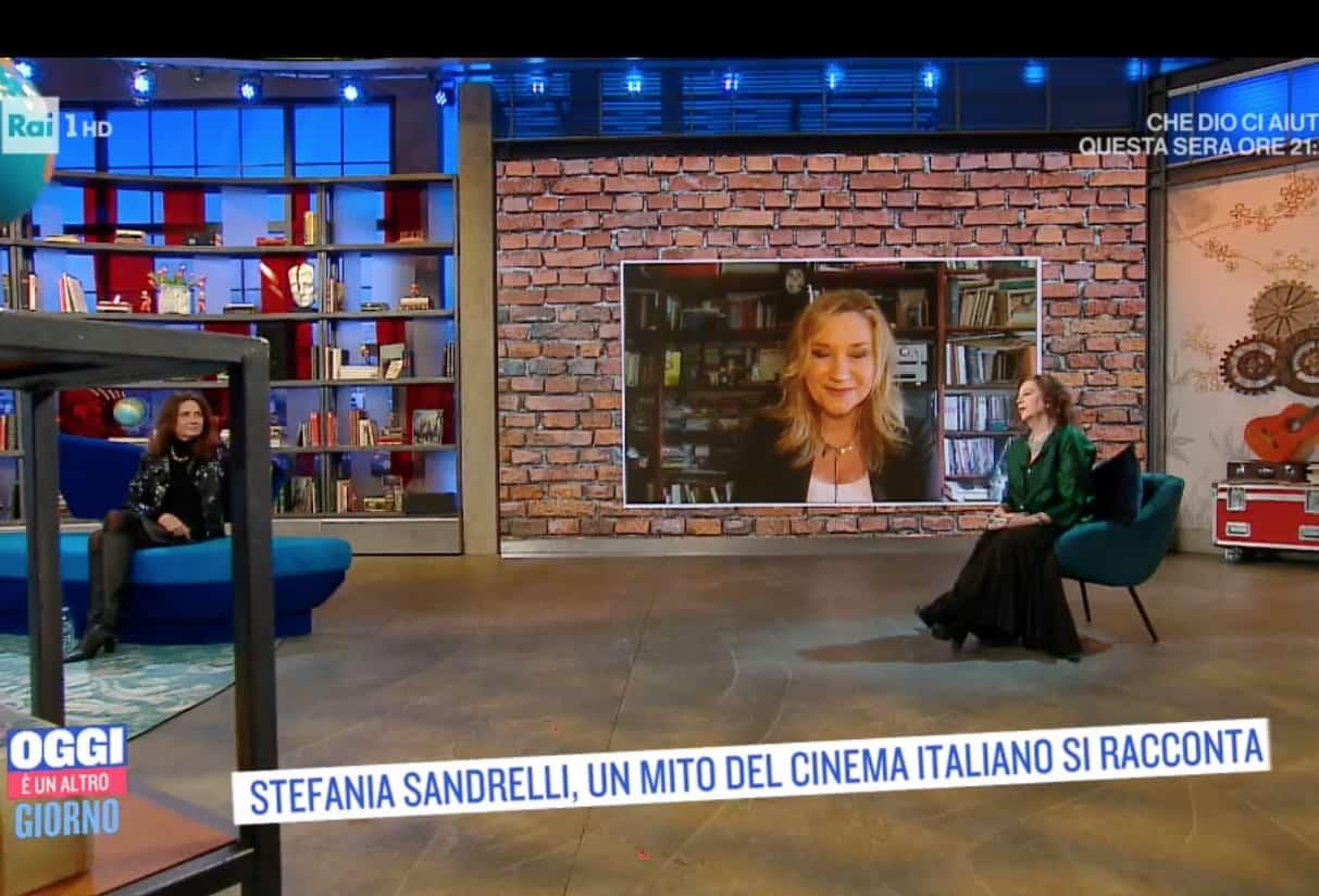 Gigi Marzullo aiuta Serena Bortone in collegamento da casa per Oggi è un altro giorno (Foto)