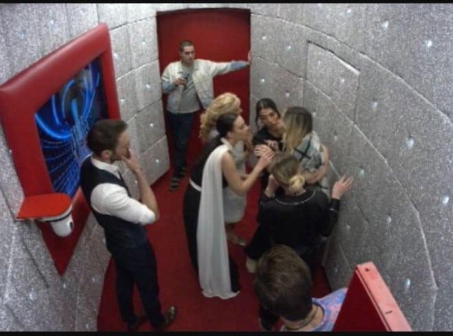 Grande Fratello Vip: Stefania Orlando tenta di uscire dalla porta rossa