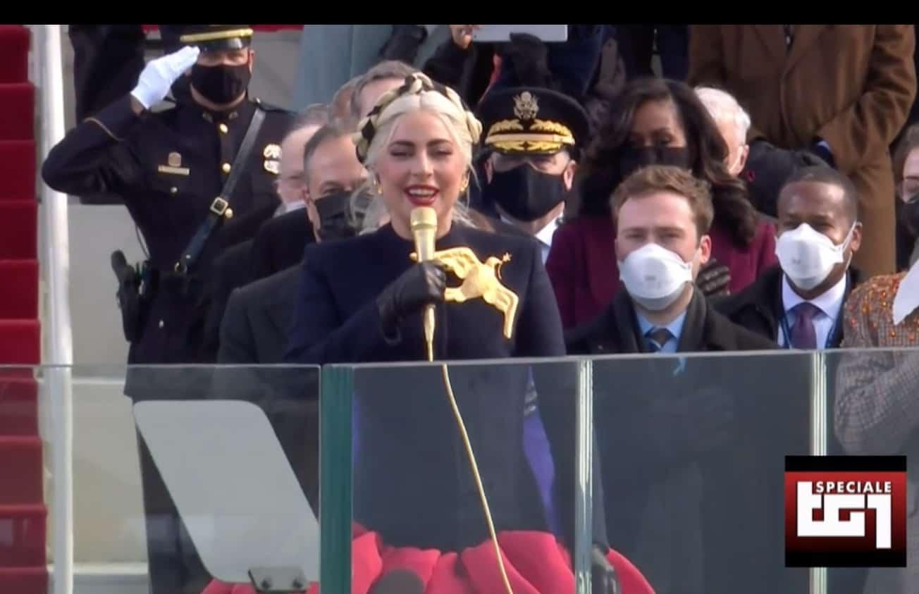 Tutti in piedi per Lady Gaga, a lei l'onore dell'inno americano che accoglie Joe Biden (Foto)
