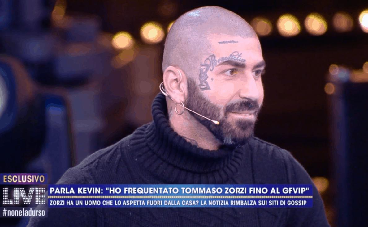 Tommaso Zorzi ha qualcuno fuori dal GF Vip 5? Kevin parla a Live: baci e passione