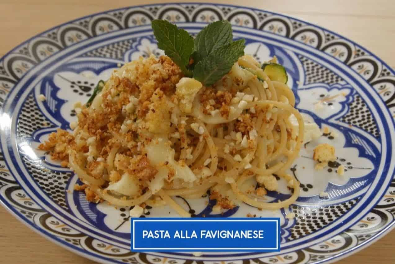 Giusina in cucina prepara la pasta alla favignanese
