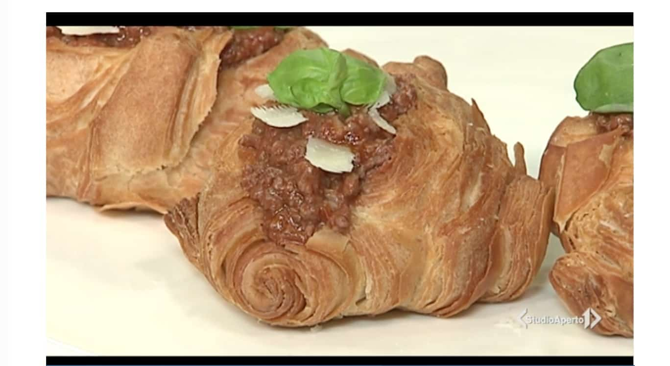 La ricetta dei croissant salati al ragù