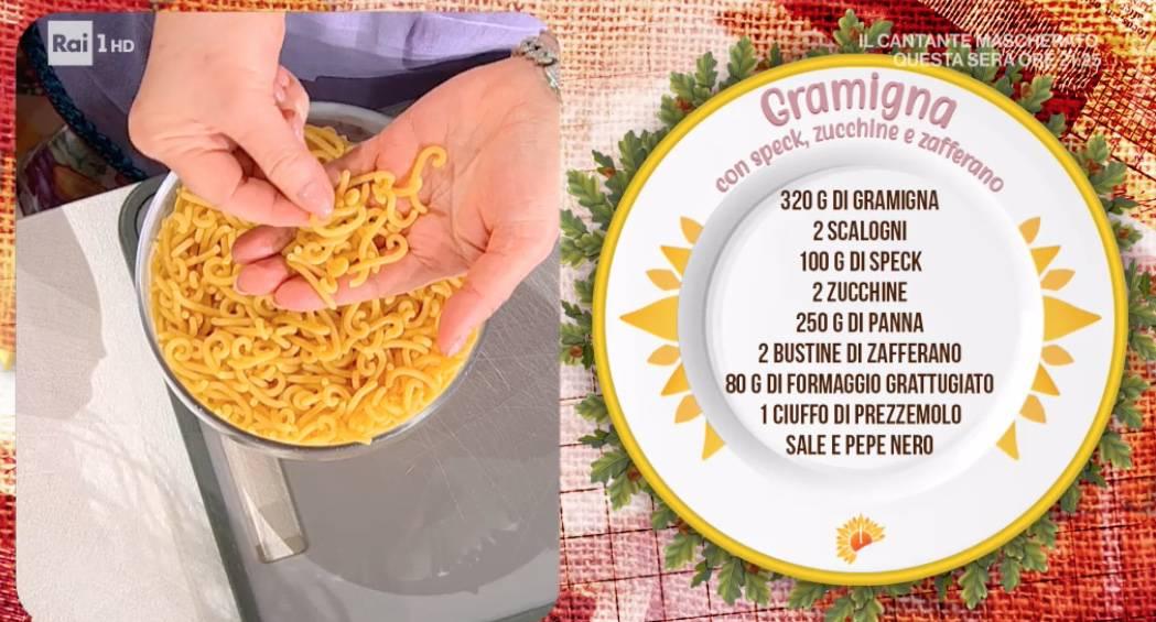 Gramigna con speck, zucchine e zafferano di Zia Cri: la ricetta della pasta di oggi