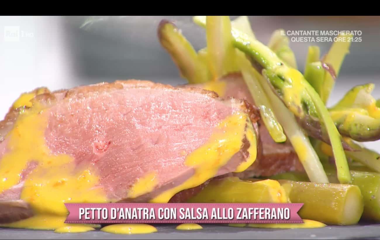 Petto d'anatra con salsa allo zafferano e asparagi, la ricetta di San Valentino di Francesca Marsetti