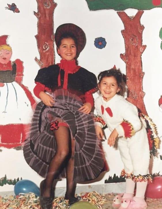 Gli abiti di Carnevale di Caterina Balivo mentre frigge le chiacchiere per la famiglia (Foto)
