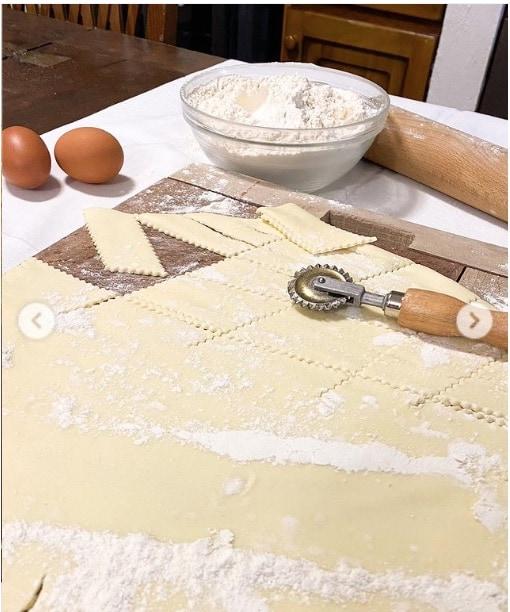 Elisa Isoardi prima dell'Isola dei famosi fa il pieno di pasta fatta in casa con la mamma (Foto)