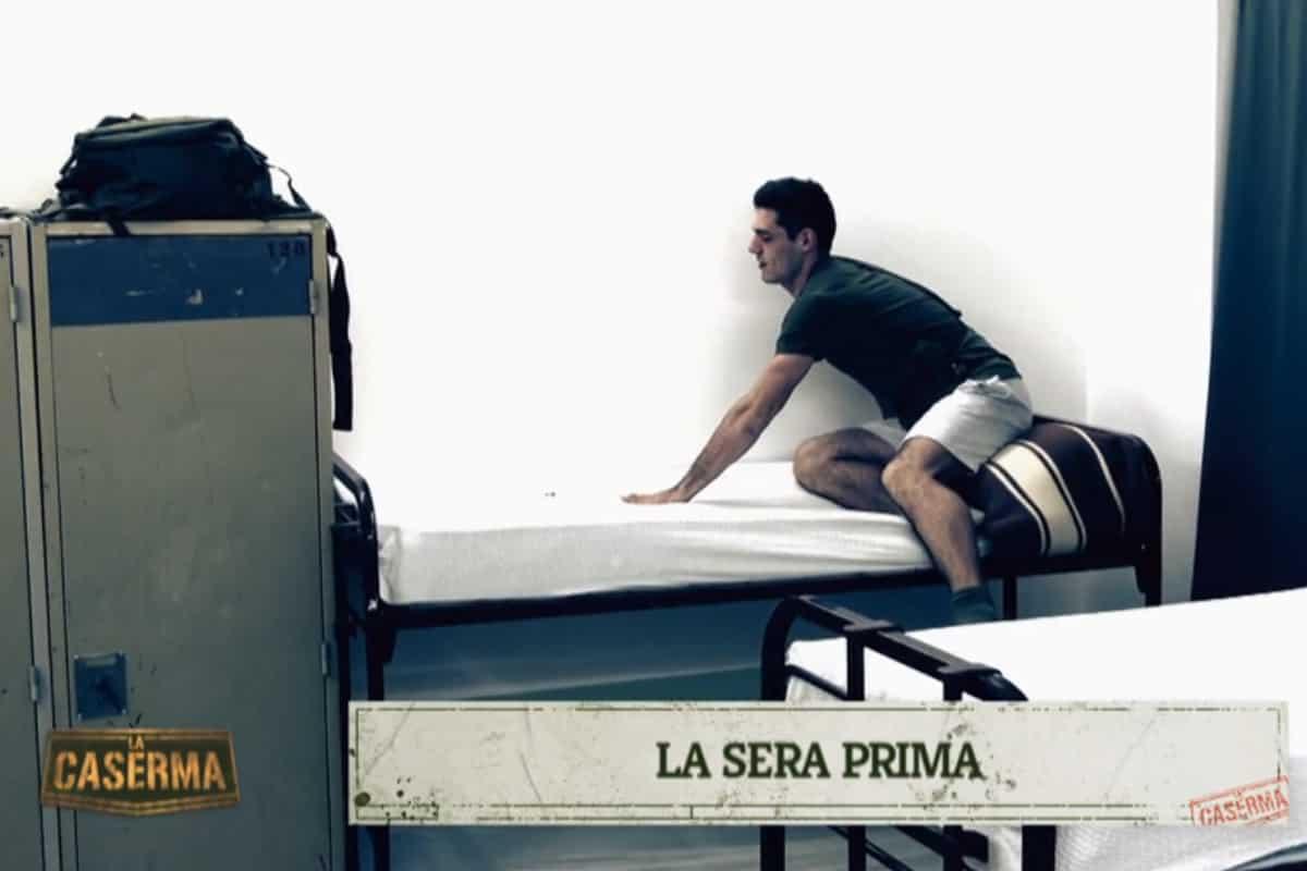 La Caserma cade nel pecoreggio: Peroni colpisce Ciupilan con peti sul cuscino