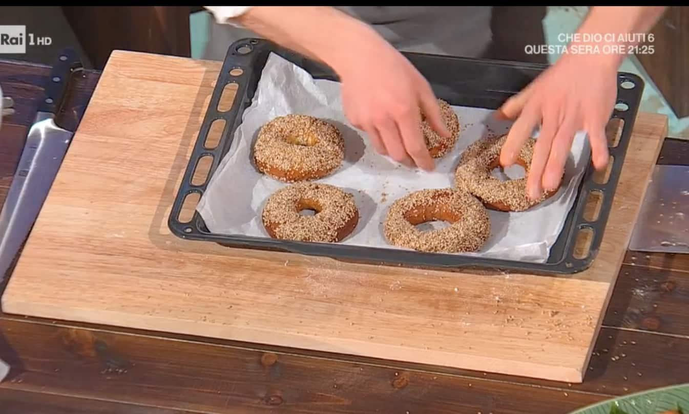 La ricetta dei bagel di Fulvio Marino, il pane morbido com semi di sesamo