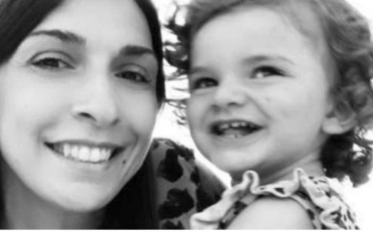 La storia di Patrizia ritrovata accanto a sua figlia di 2 anni morta: è stata davvero lei a ucciderla?