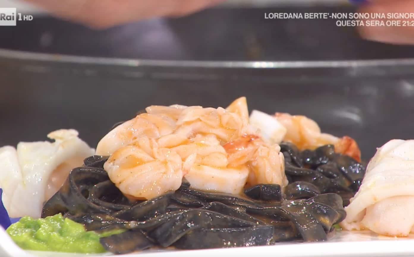 Fettuccine nere con calamari, gamberi e piselli: ricetta di Gian Piero Fava