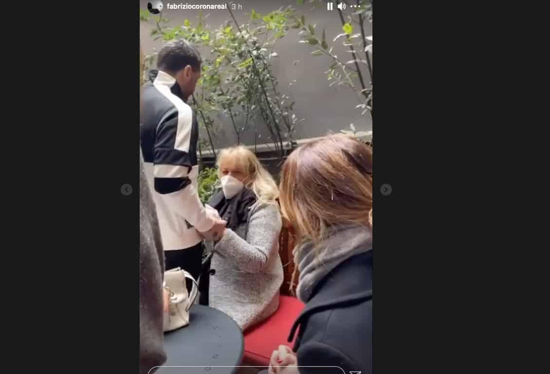La madre di Fabrizio Corona disperata mentre lo portano in carcere (Foto)