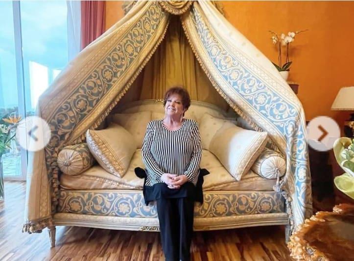 Orietta Berti mostra la stanza d'albergo e si scusa per averla allagata (Foto)
