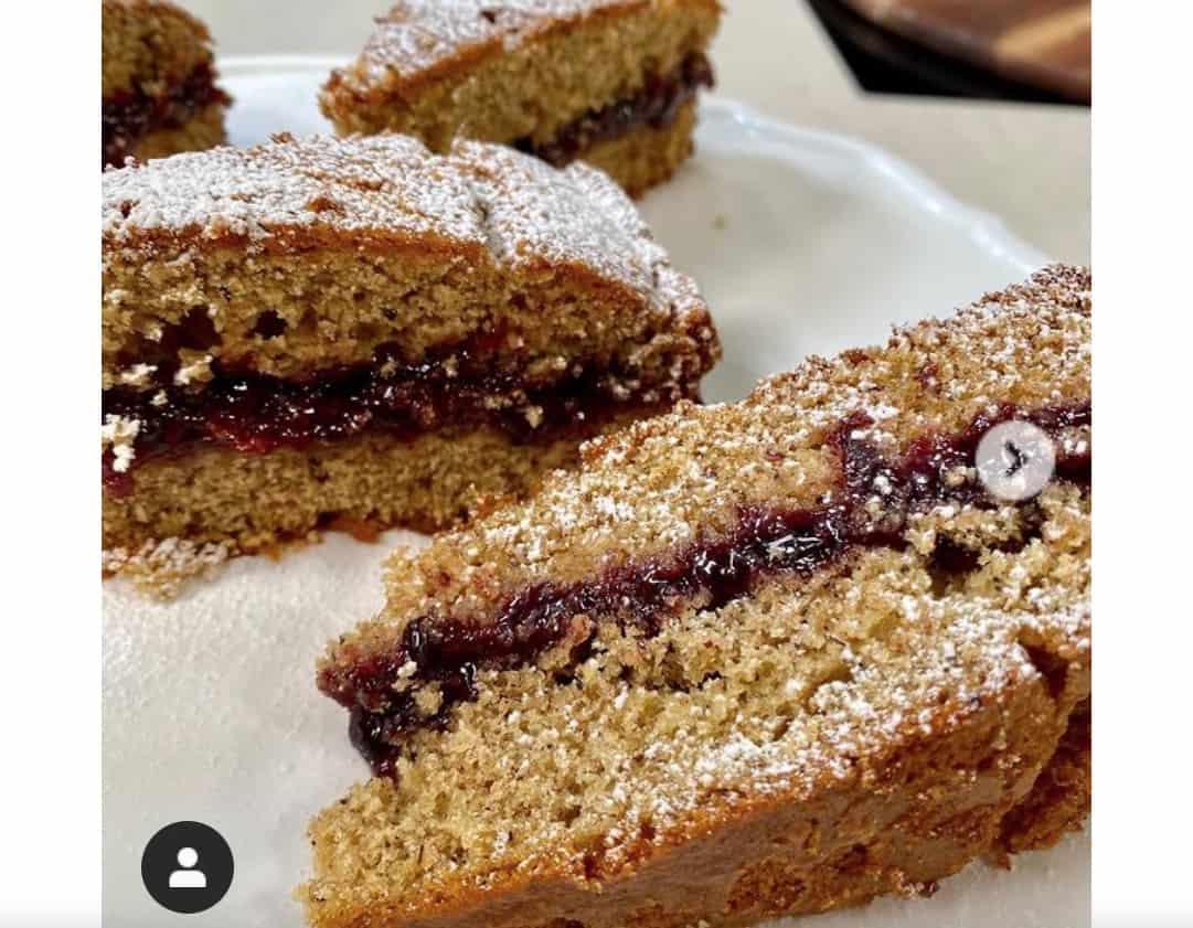 Torta al grano saraceno con confettura ai frutti di bosco, la ricetta per la colazione