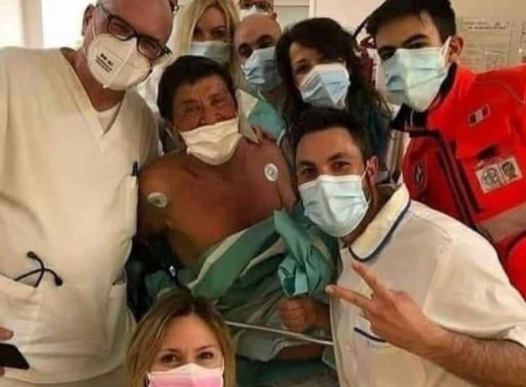 Primo selfie di Gianni Morandi dall'ospedale dopo le ustioni e non mancano le polemiche