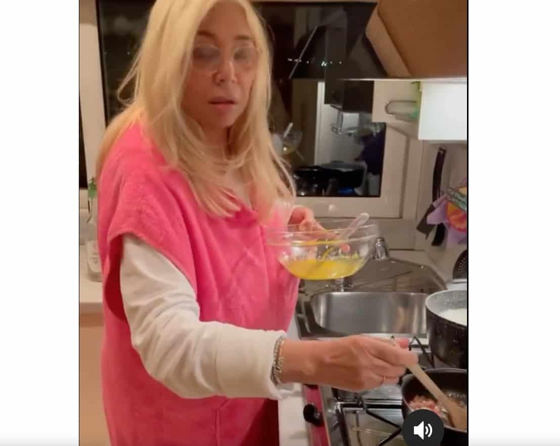 Mara Venier ma come ti sei vestita per cucinare? Il marito non smette di ridere (Foto)