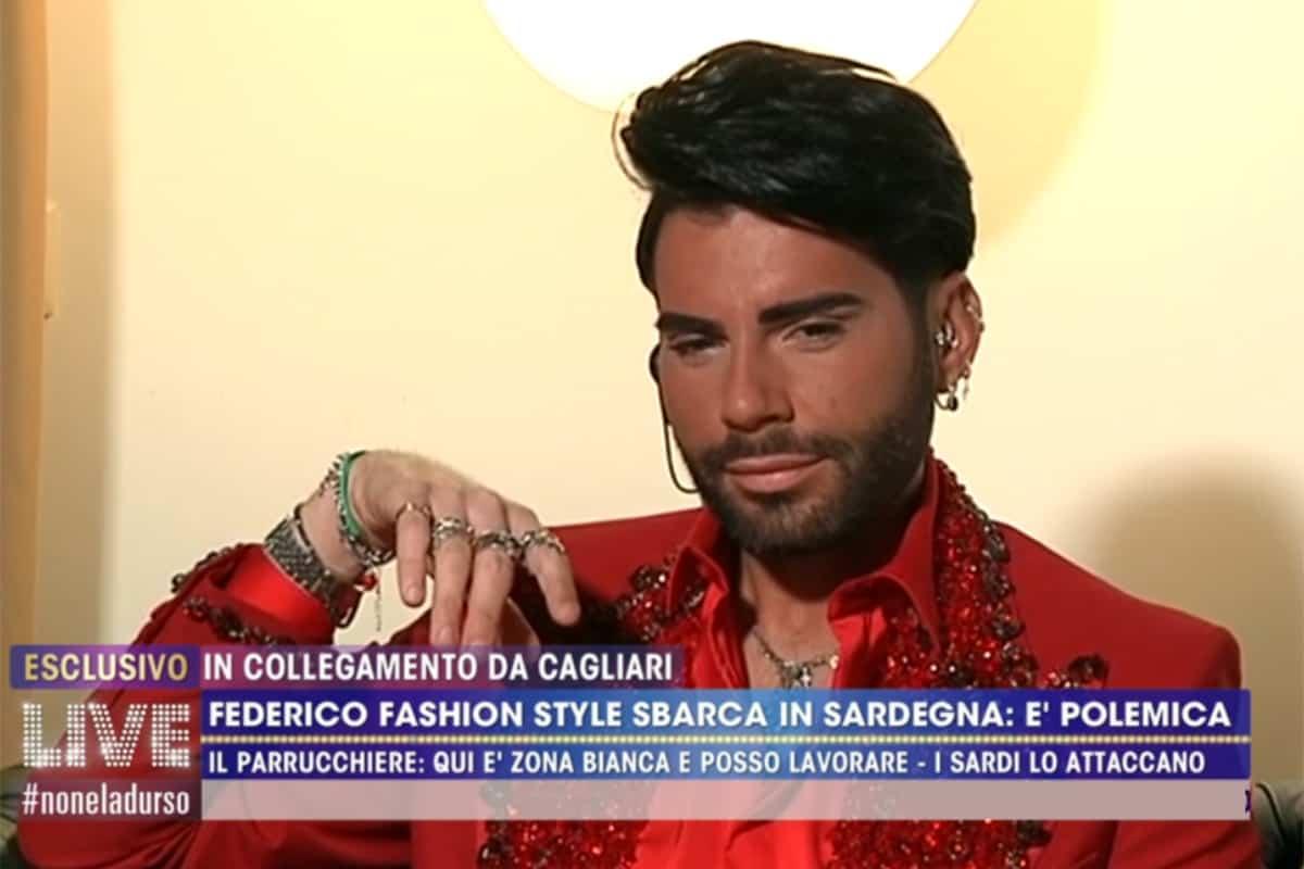 LIVE Non è La D'Urso,  Federico Fashion Style sotto accusa: in Sardegna a lavorare o a far shopping?