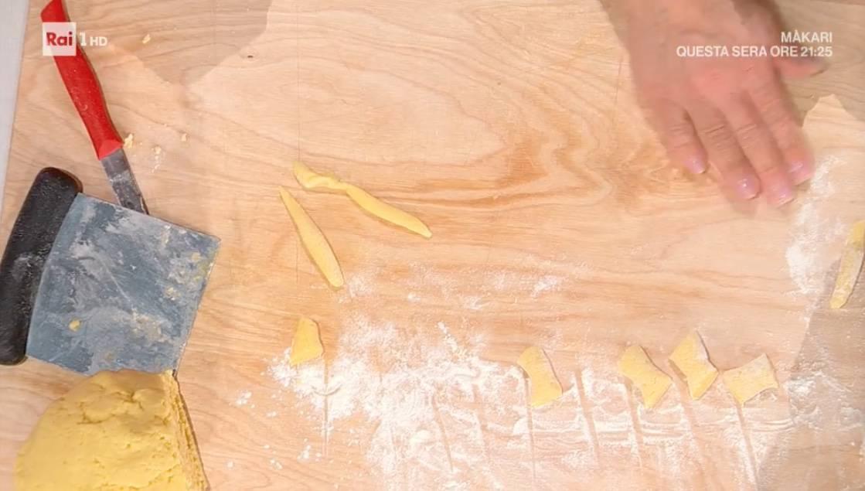 Gnocchi strisciati con pesto di aglio orsino, la ricetta di Barbara De Nigris