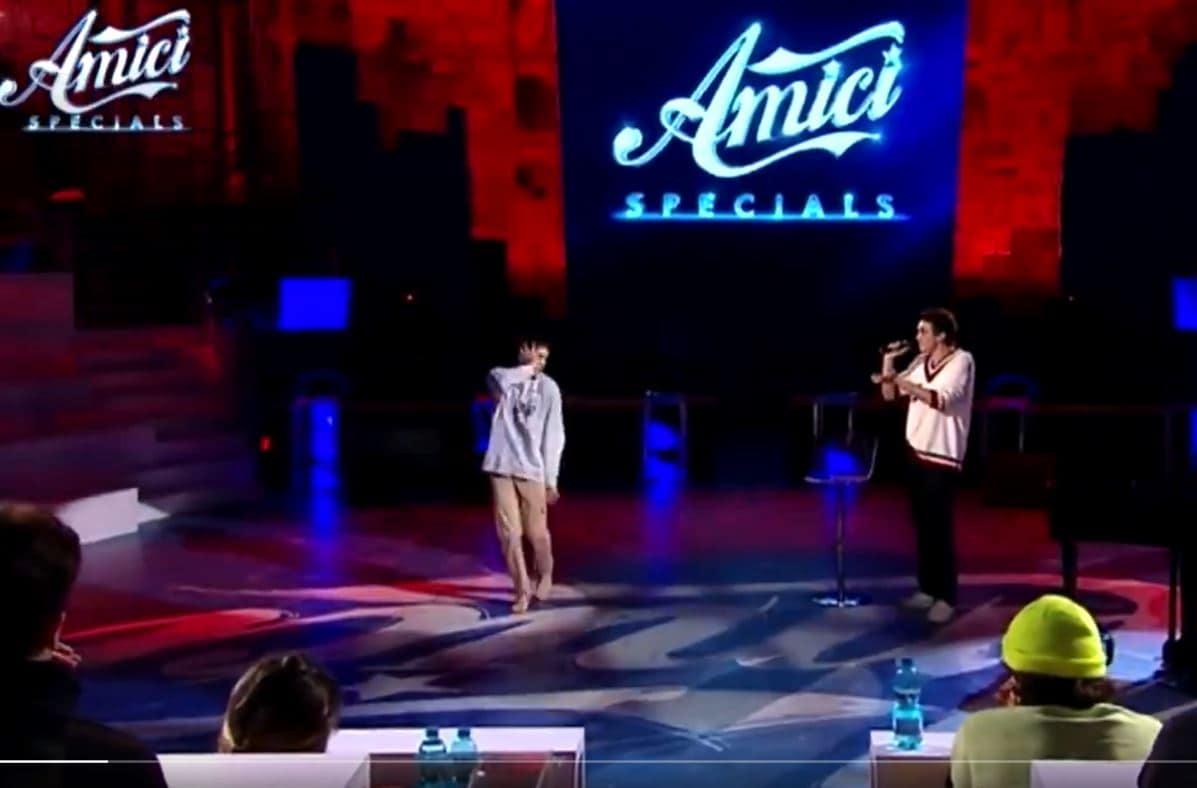 Che emozione Samuele che balla mentre Michele Bravi canta Il diario degli errori (VIDEO)