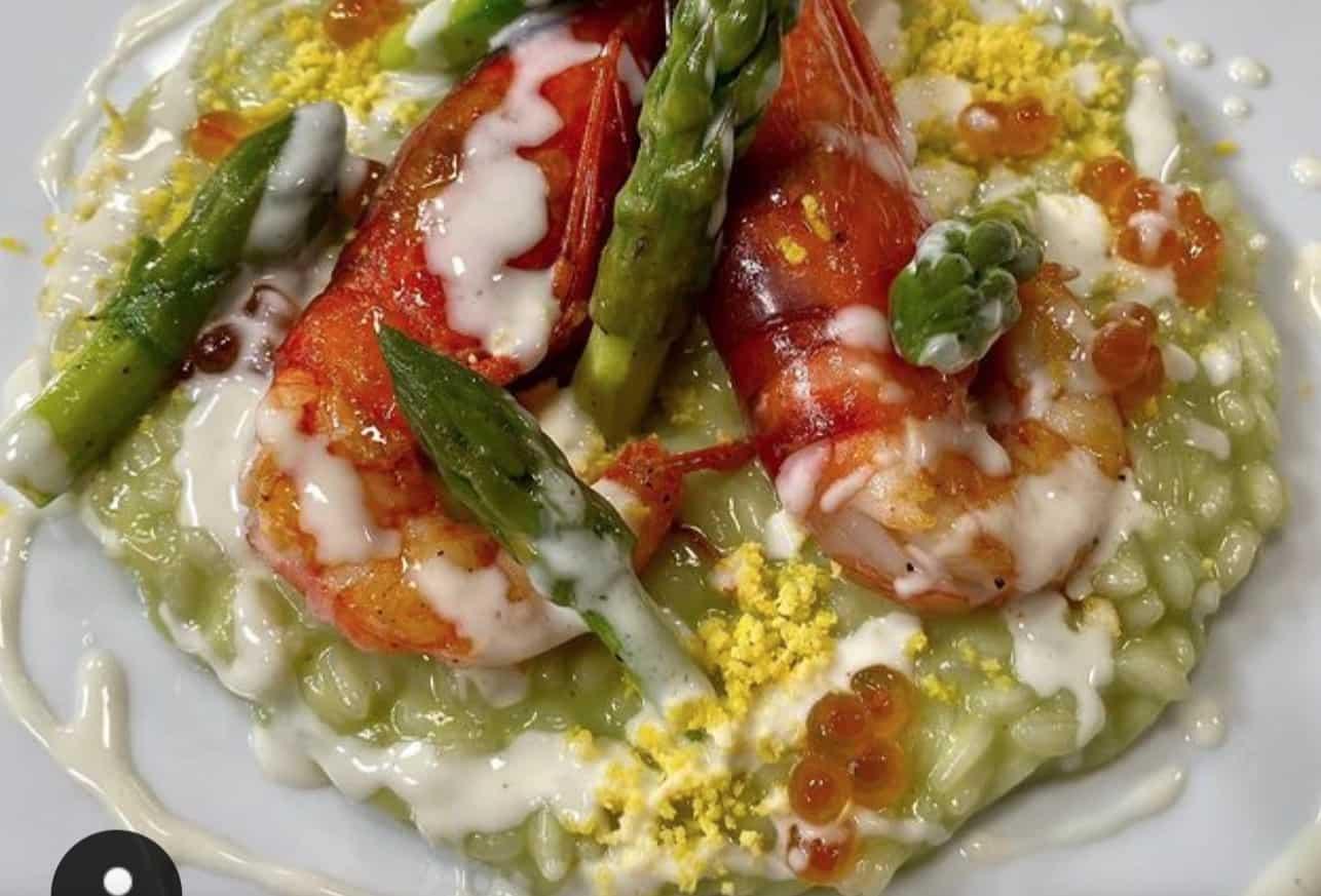 La ricetta del risotto con asparagi, pecorino e gamberi di Bobo Cerea