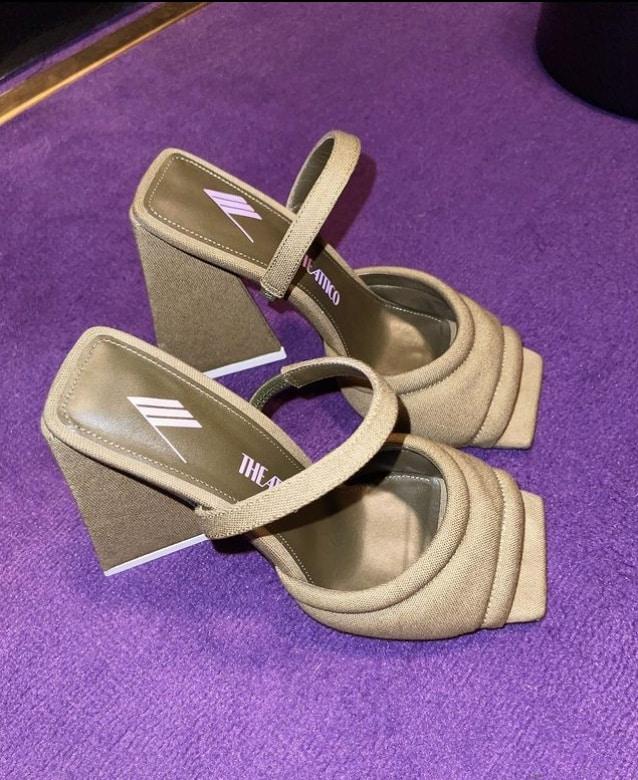 Chiara Biasi pubblica la foto delle scarpe, il commento è contro Belen?