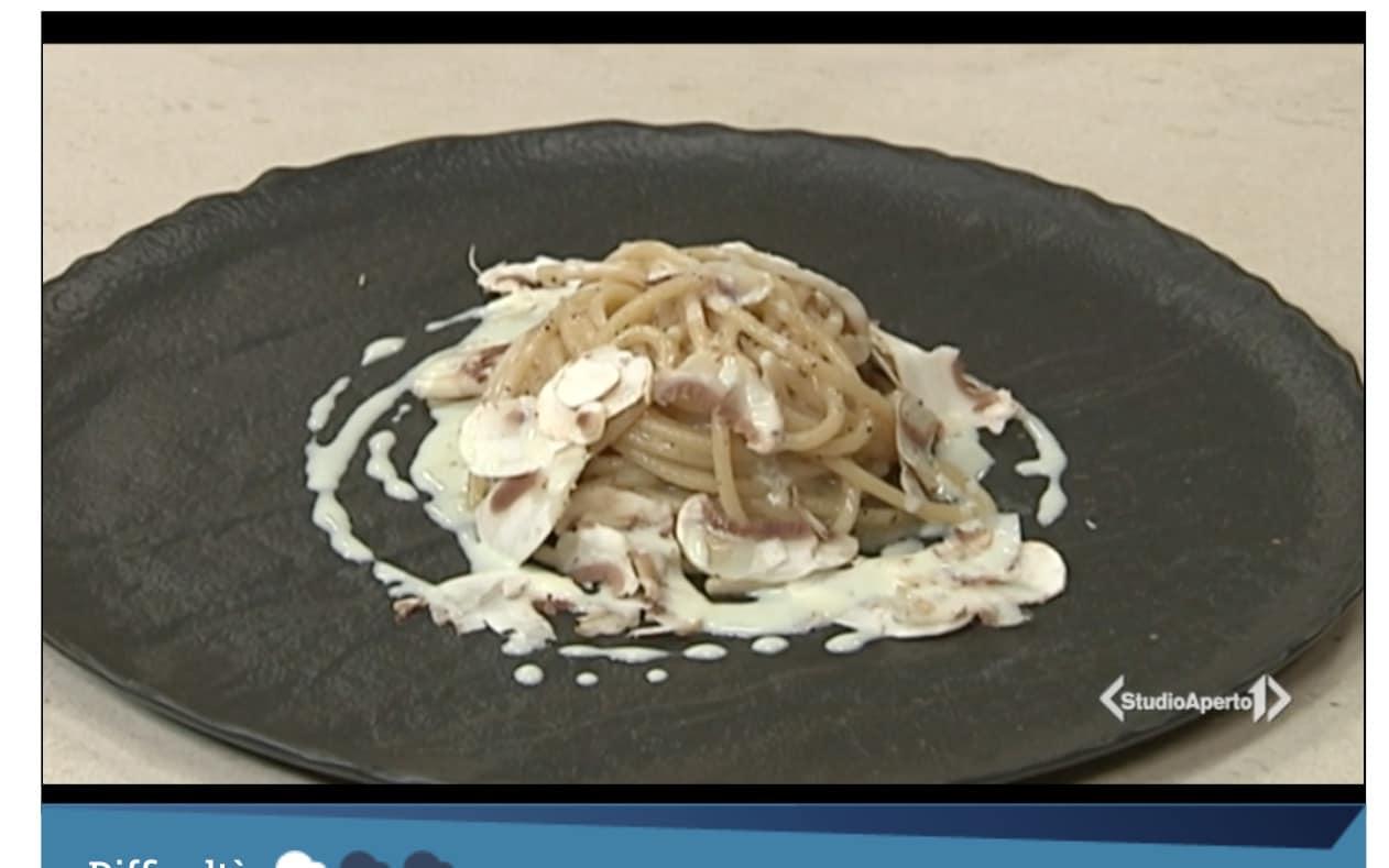 Spaghettone con sottobosco e aglio al latte, la ricetta di Luca Bruschetti