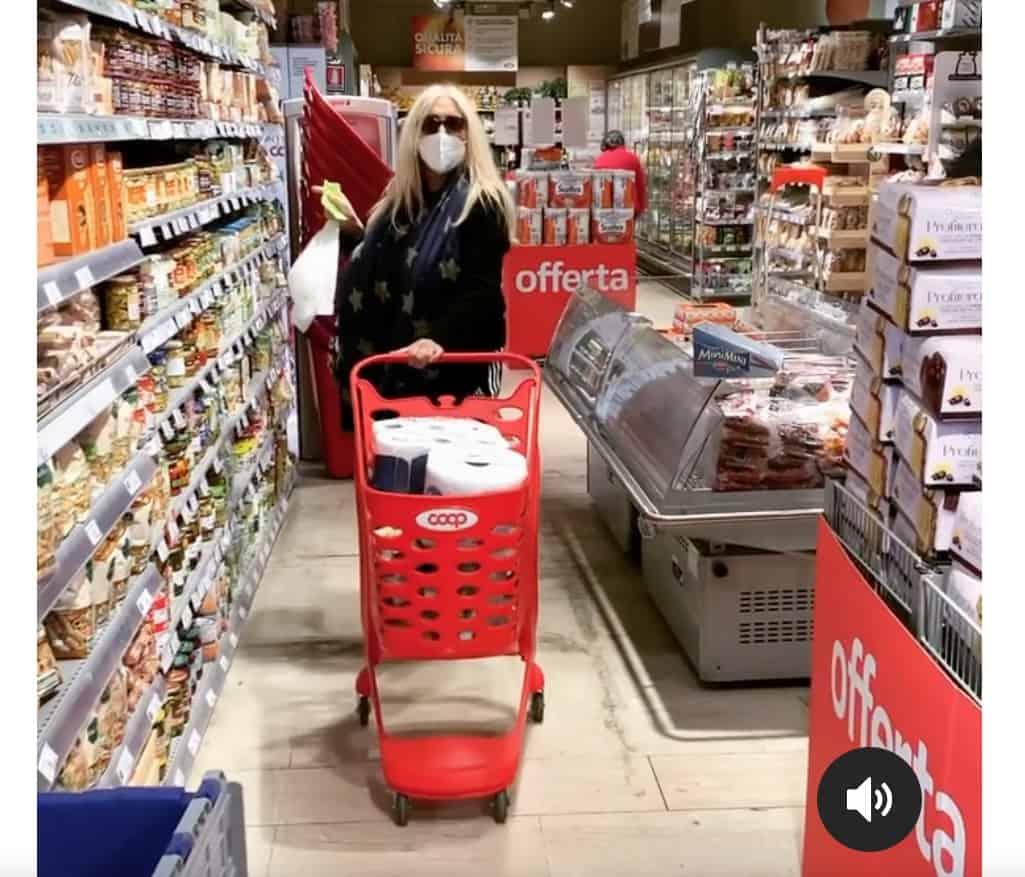 "Mara Venier al supermercato, la sua ""botta de vita"" facendo la spesa (Video)"