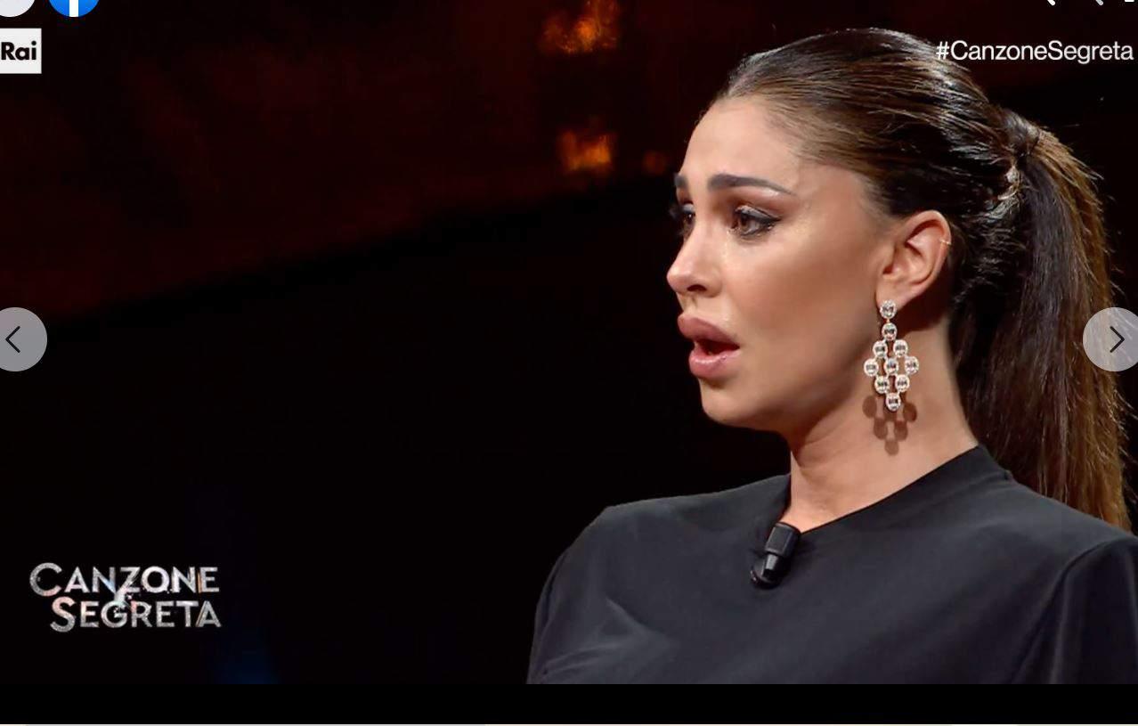 Che emozioni per Belen Rodriguez a Canzone segreta: si scioglie in lacrime per la sua famiglia