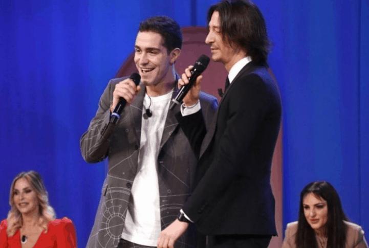 Tommaso Zorzi e Francesco Oppini indivisibili: duetto al Maurizio Costanzo Show (VIDEO)