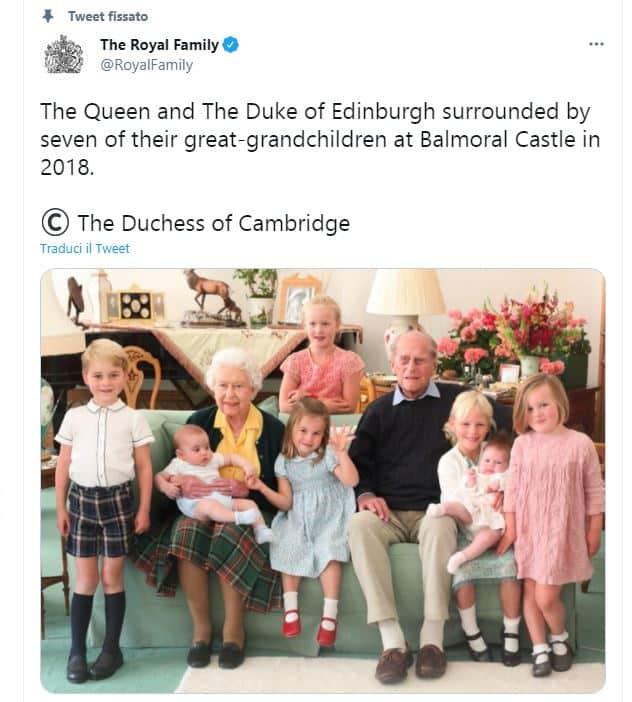 La regina Elisabetta e Filippo con i 7 bis nipoti: il dolce scatto è social