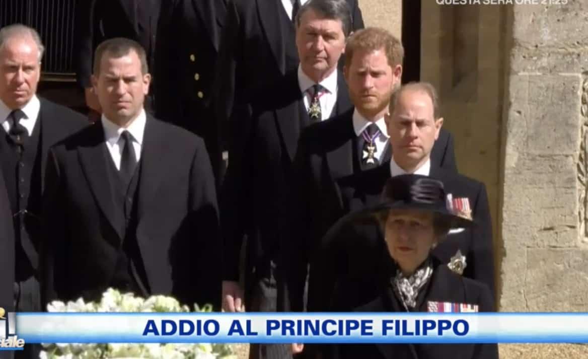 La regina Elisabetta è da sola al funerale del principe Filippo (Foto)