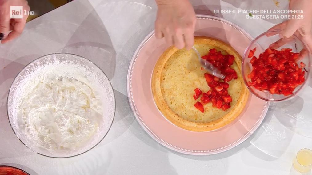Torta furba con fragole e panna, la ricetta di Natalia Cattelani