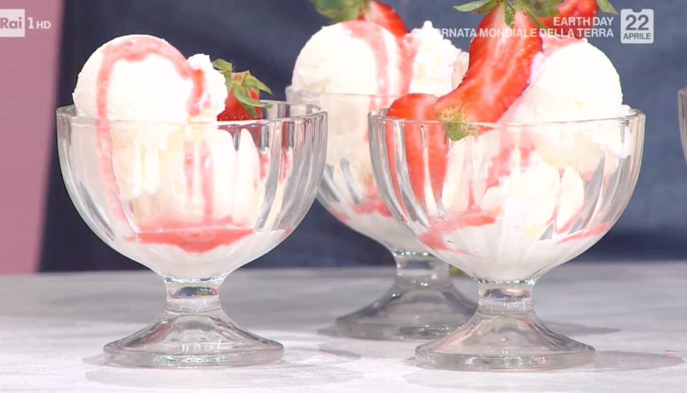 Coppa allo yogurt con salsa alle fragole, la ricetta di Massimiliano Scotti