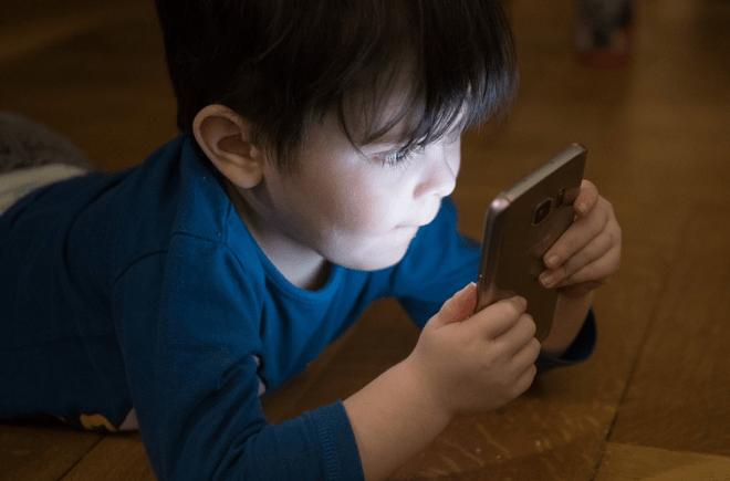 A quanti anni si può dare il cellulare ai bambini?