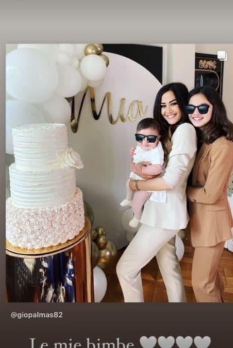 Giorgia Palmas e Magnini festeggiano il battesimo di Mia: bomboniera, torta e padrini (Foto)