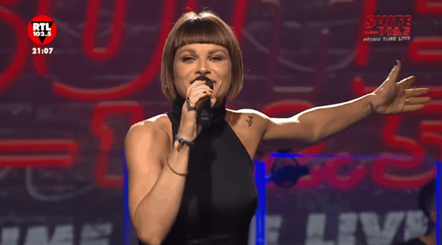 Alessandra Amoroso regala cuore e 'sorrisi grandi' in concerto su RTL 102.5