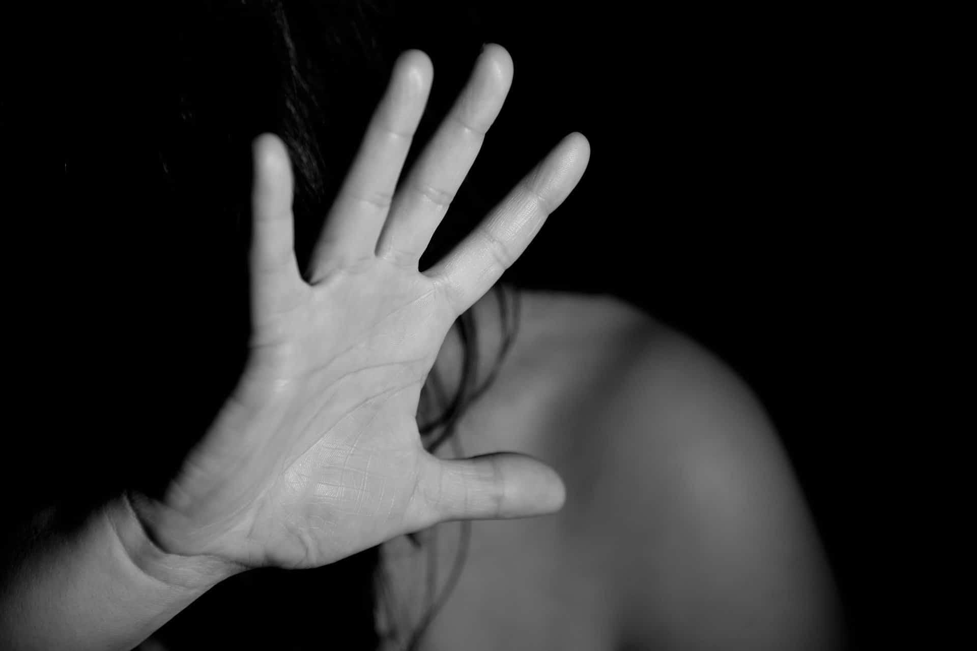 """Ragazza denuncia stupro di gruppo, il padre difende i ragazzi: """"Lei era ubriaca"""""""
