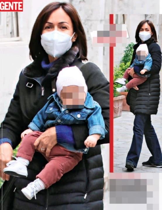 Mara Carfagna passeggia con la figlia e il compagno, ma a casa c'è la baby sitter (Foto)