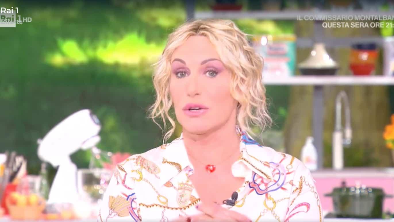 """Antonella Clerici non riesce a prenotarsi per il vaccino: """"Sono una di voi"""""""