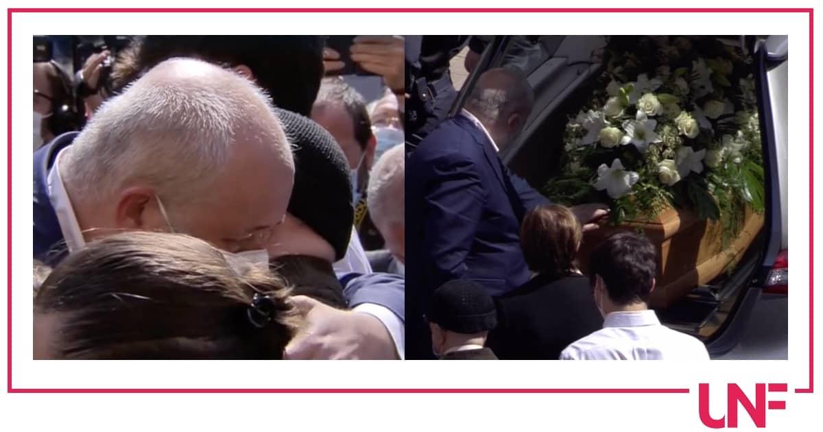 Ai funerali di Carla Fracci è straziante l'abbraccio tra il marito e il figlio