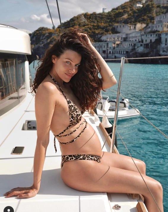 Paola Turani in bikini col pancione, è in vacanza alle Eolie (Foto)