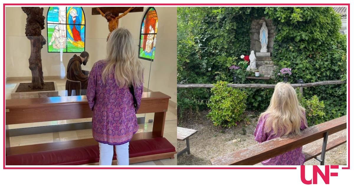 Mara Venier col marito prega Padre Pio apprezzando la pace di Pietrelcina
