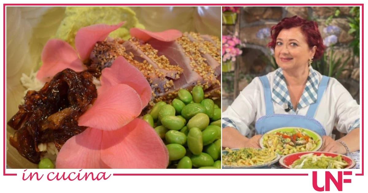 Piatti freddi, la ricetta estiva di Zia Cri: poke bowl con tonno e cipolla caramellata
