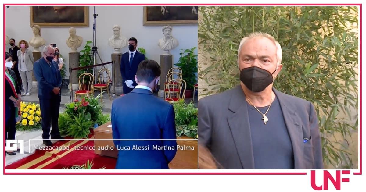 Gli occhi di Sergio Iapino mentre accompagna Raffaella Carrà fino alla camera ardente
