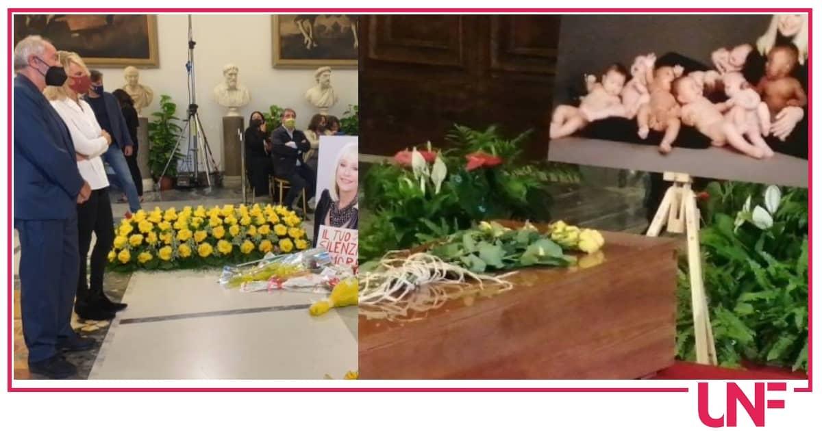 Addio a Raffaella Carrà: nella camera ardente pregano Maria De Filippi, Pippo Baudo e gli altri colleghi