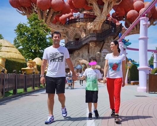 Manuela Arcuri a Gardaland con il figlio e il marito, una giornata speciale al parco divertimenti