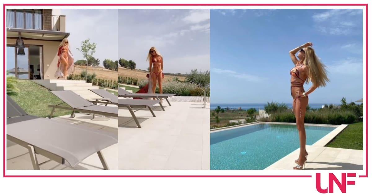 Sfilata in piscina per Federica Panicucci, bikini e tacchi fa sempre invidia alle giovanissime (Video)