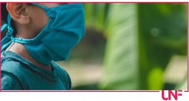 bambino con la mascherina verde