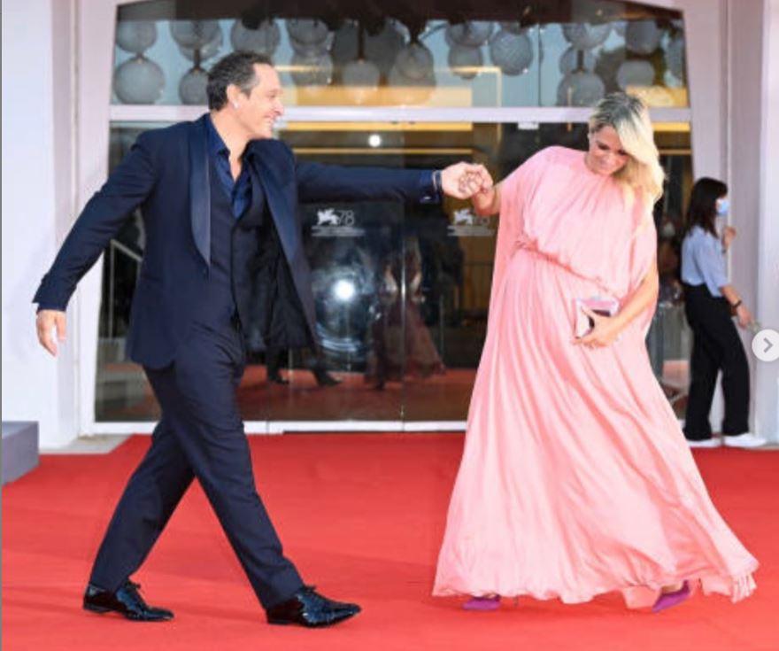 Francesca Barra in rosa mostra il pancino a Venezia: che eleganza ( FOTO)